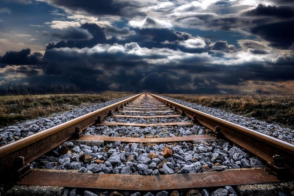 A vágány jellemzően ágyazatba fektetett, vasúti járművek részére készített pálya